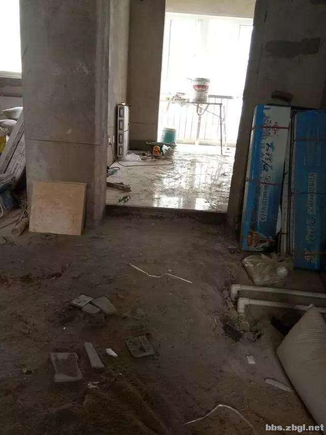 地砖铺到一半瓦工师傅却要求加工钱,看到这样的情况我也只能认了-2.jpg