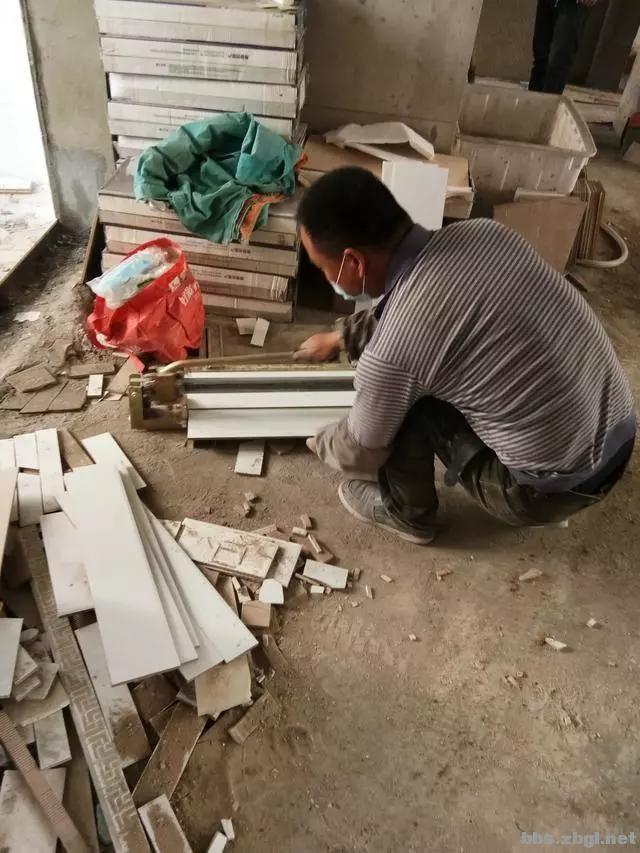 地砖铺到一半瓦工师傅却要求加工钱,看到这样的情况我也只能认了-6.jpg