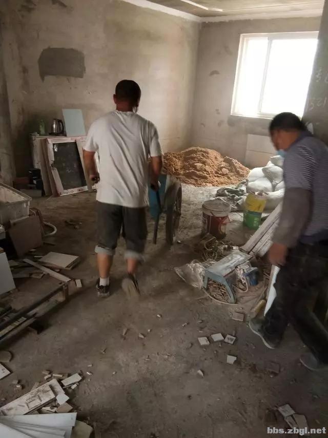 地砖铺到一半瓦工师傅却要求加工钱,看到这样的情况我也只能认了-5.jpg