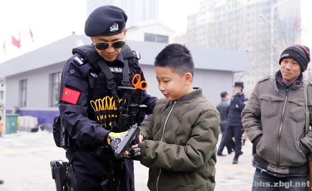 """淄博市公安局举行""""110宣传日""""集中宣传活动-3.jpg"""