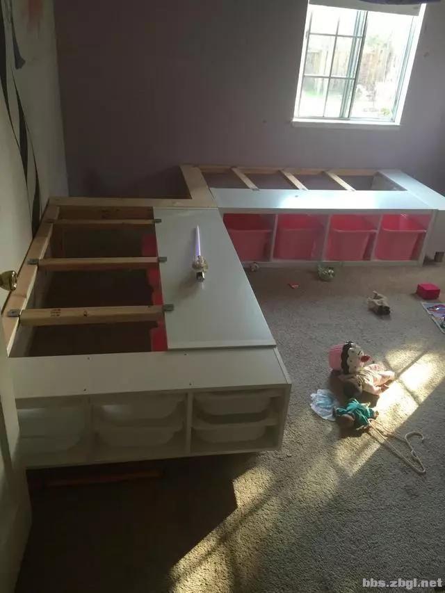 二胎家庭不做上下铺,越来越多人都把2张床靠墙放,中间做收纳柜-12.jpg