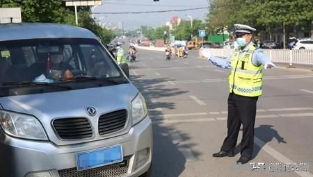 中学各年级全部返校日,淄博交警护航学生平安出行-2.jpg