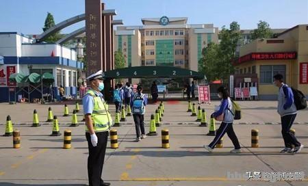 中学各年级全部返校日,淄博交警护航学生平安出行-1.jpg