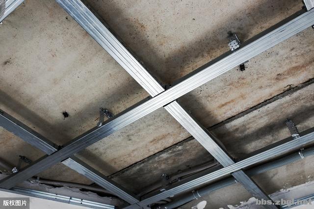带有造型的吊顶和普通石膏线吊顶,哪个在客厅里会更实用?-2.jpg