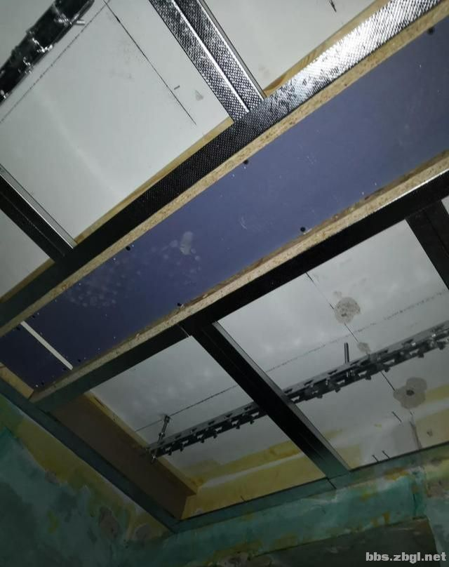 带有造型的吊顶和普通石膏线吊顶,哪个在客厅里会更实用?-6.jpg