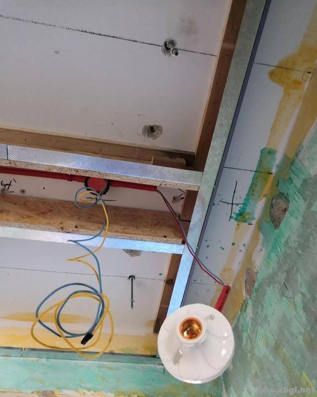 带有造型的吊顶和普通石膏线吊顶,哪个在客厅里会更实用?-7.jpg
