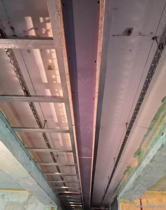 带有造型的吊顶和普通石膏线吊顶,哪个在客厅里会更实用?-9.jpg